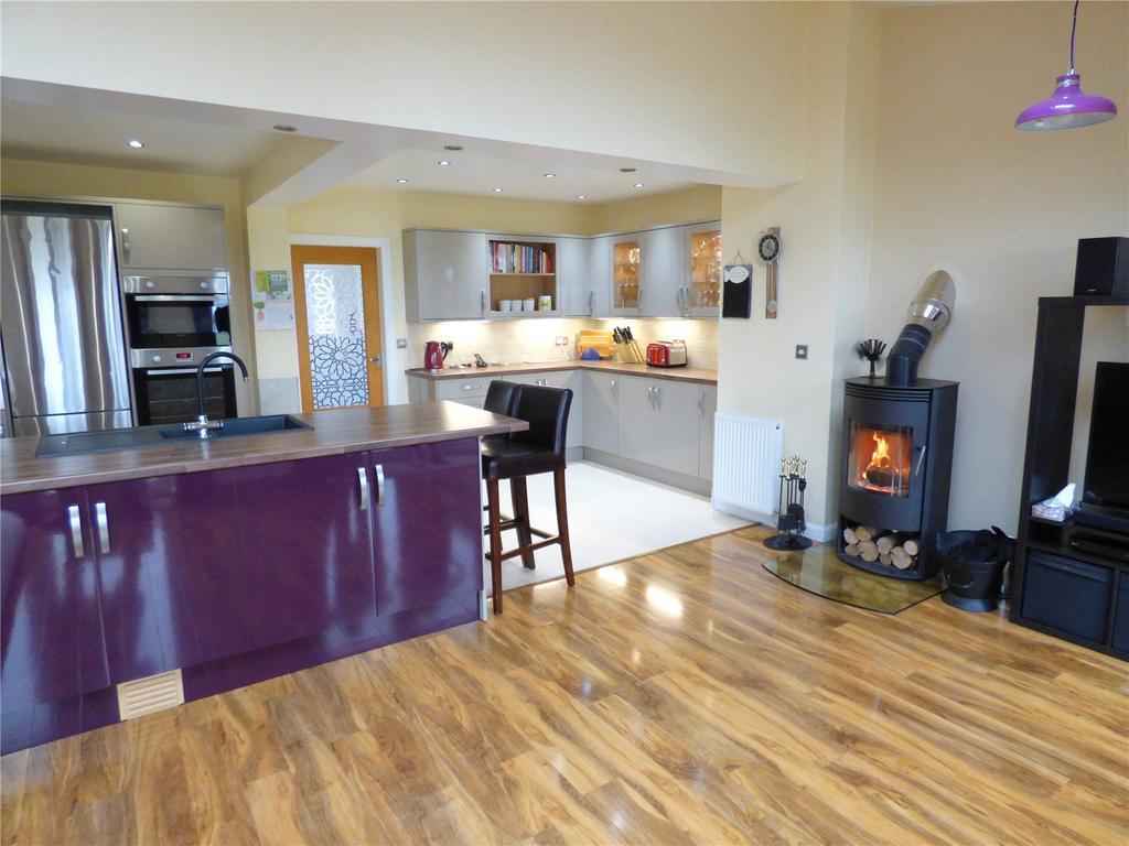 3 Bedrooms Semi Detached House for sale in Moorfield Avenue, Hartshead Moor Top, Cleckheaton, BD19