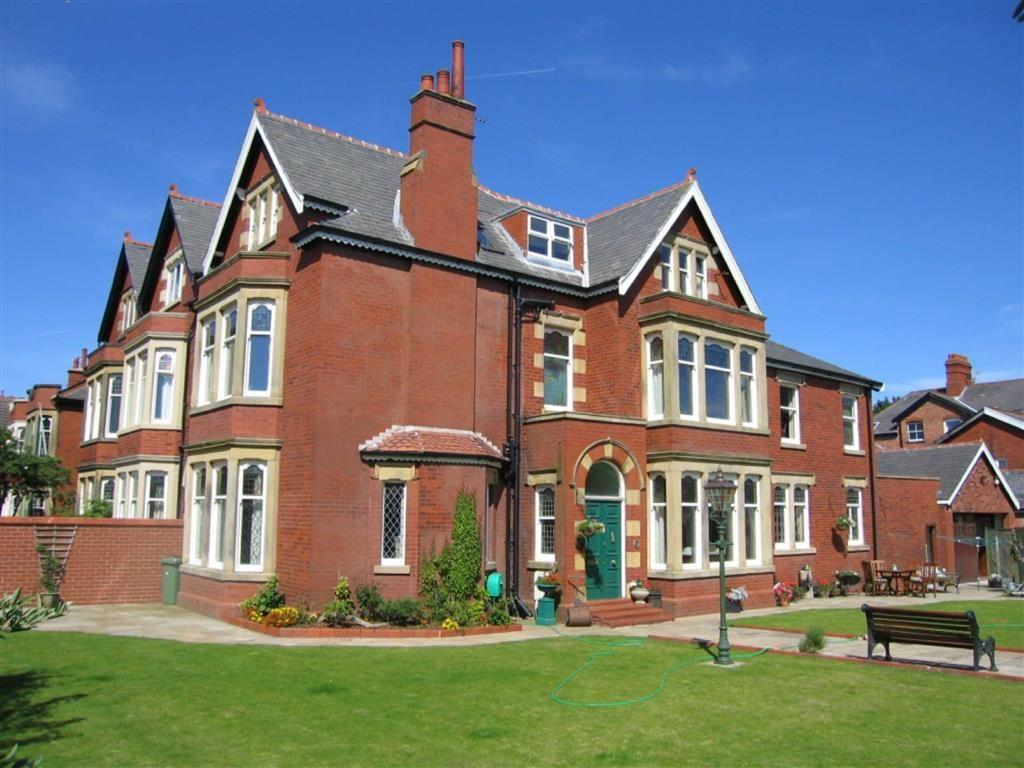 5 Bedrooms Semi Detached House for sale in Clifton Drive, Lytham