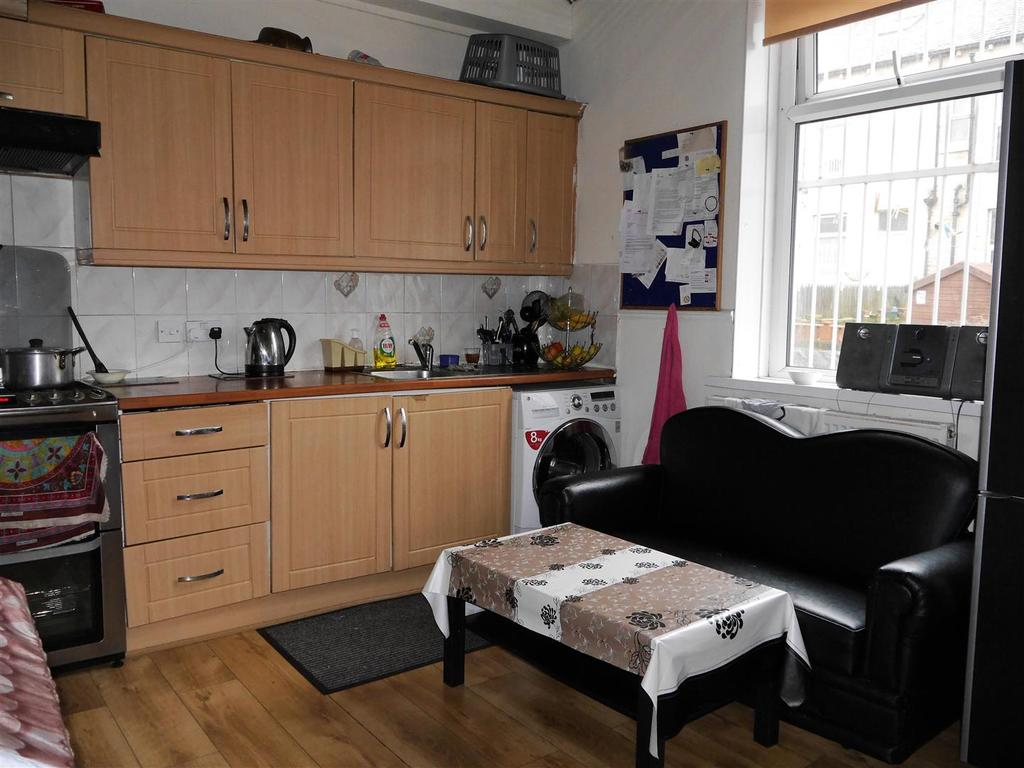 3 Bedrooms Terraced House for sale in Glendare Road, Bradford