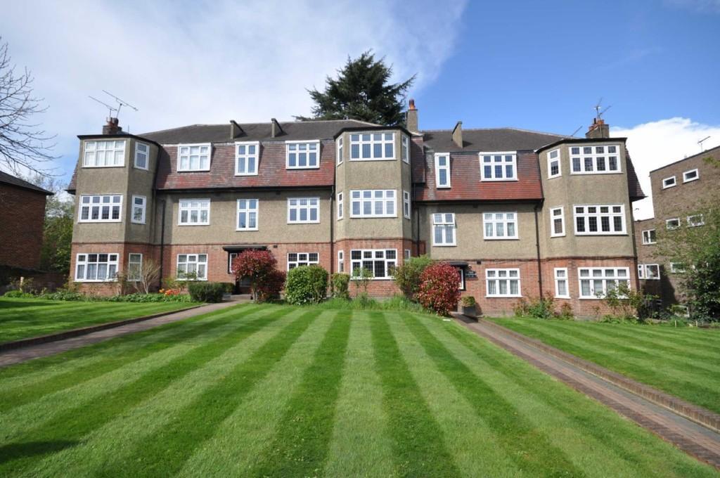 3 Bedrooms Flat for sale in The Laurels, Buckhurst Hill