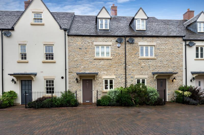 3 Bedrooms Terraced House for sale in Ashford Close, Woodstock, Oxfordshire