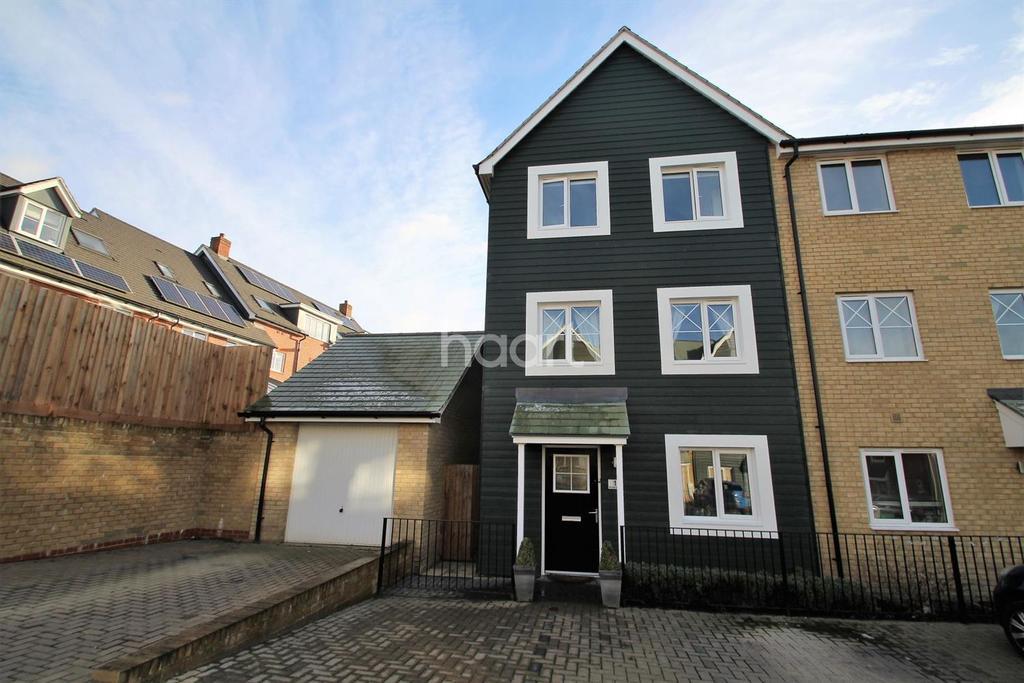 4 Bedrooms End Of Terrace House for sale in Rana Drive, Church Crookham, Fleet, GU52 8AJ