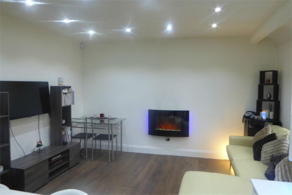 2 Bedrooms Flat for sale in Station Grove, Wembley