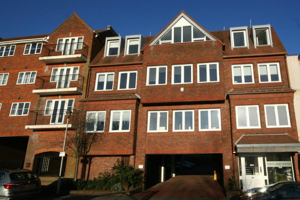 1 Bedroom Flat for sale in Portland House, Station Road, Gerrards Cross, Buckinghamshire