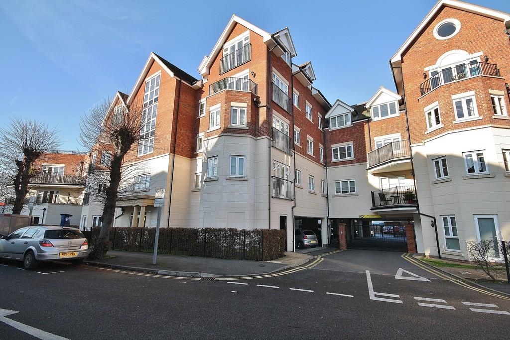 2 Bedrooms Ground Flat for sale in West Byfleet, Surrey