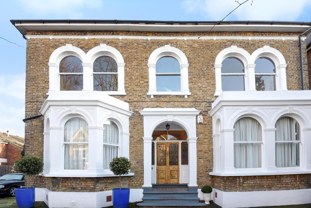 3 Bedrooms Flat for sale in Cambridge Drive, Lee, SE12