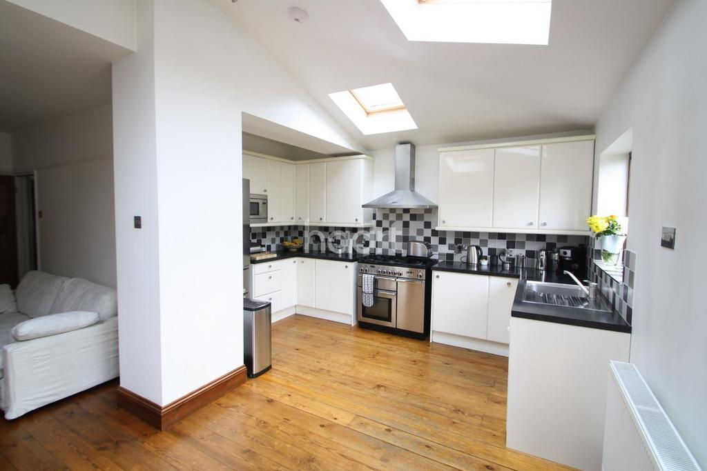 4 Bedrooms End Of Terrace House for sale in Heyford Avenue