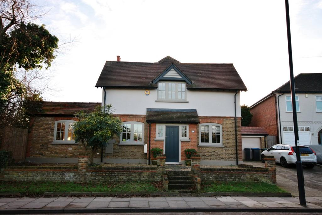 3 Bedrooms Detached House for sale in Clay Hill, Enfield