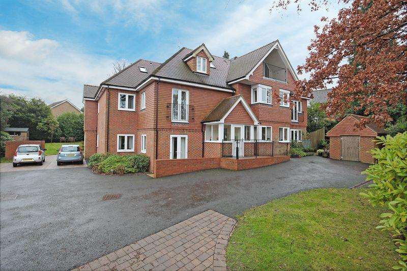 2 Bedrooms Apartment Flat for sale in Beacon Gardens, Crowborough, East Sussex