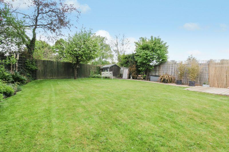 3 Bedrooms Detached House for sale in Forest Way, Ashtead