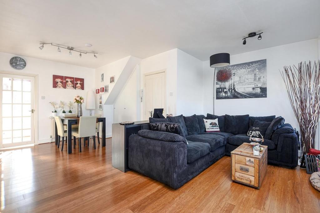 2 Bedrooms Flat for sale in Battersea Park Road, Battersea