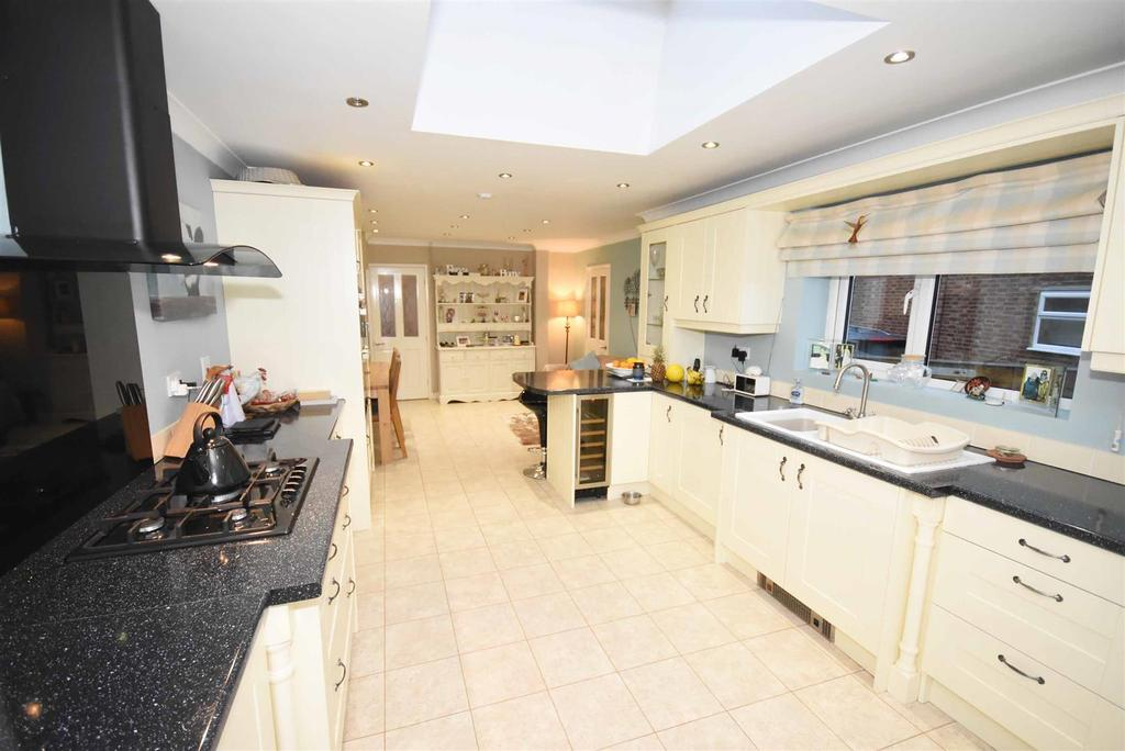 3 Bedrooms End Of Terrace House for sale in Silverwood Road, Kettering