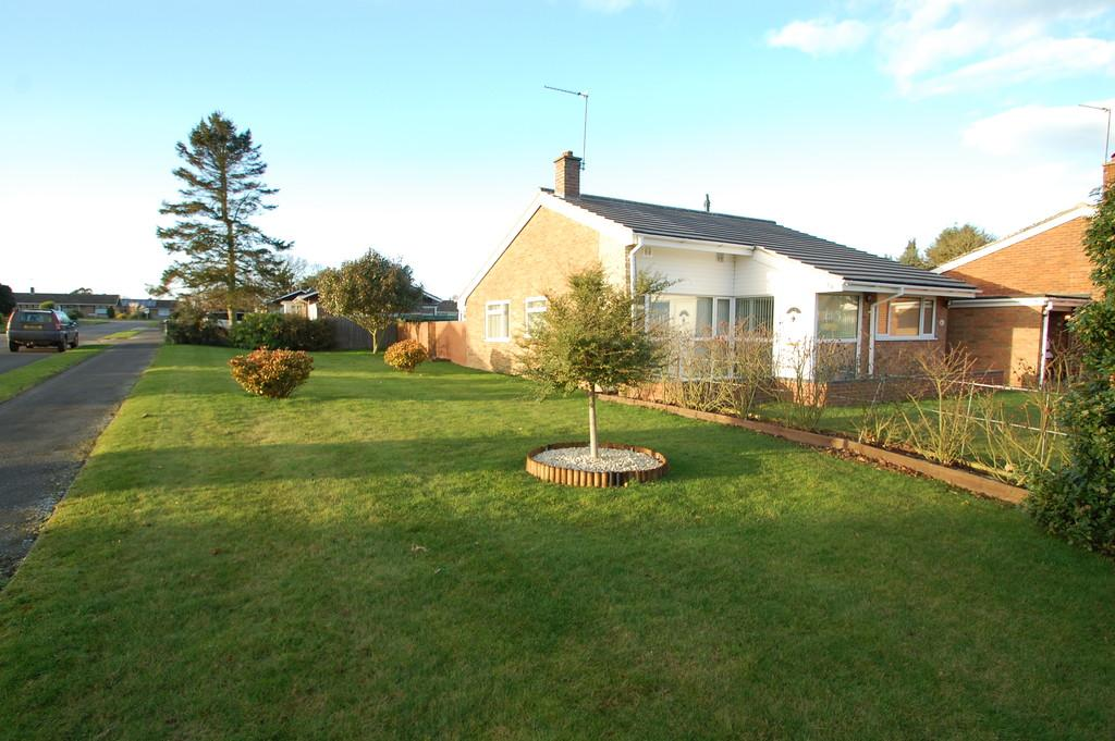 3 Bedrooms Detached Bungalow for sale in Waveney Drive, Hoveton