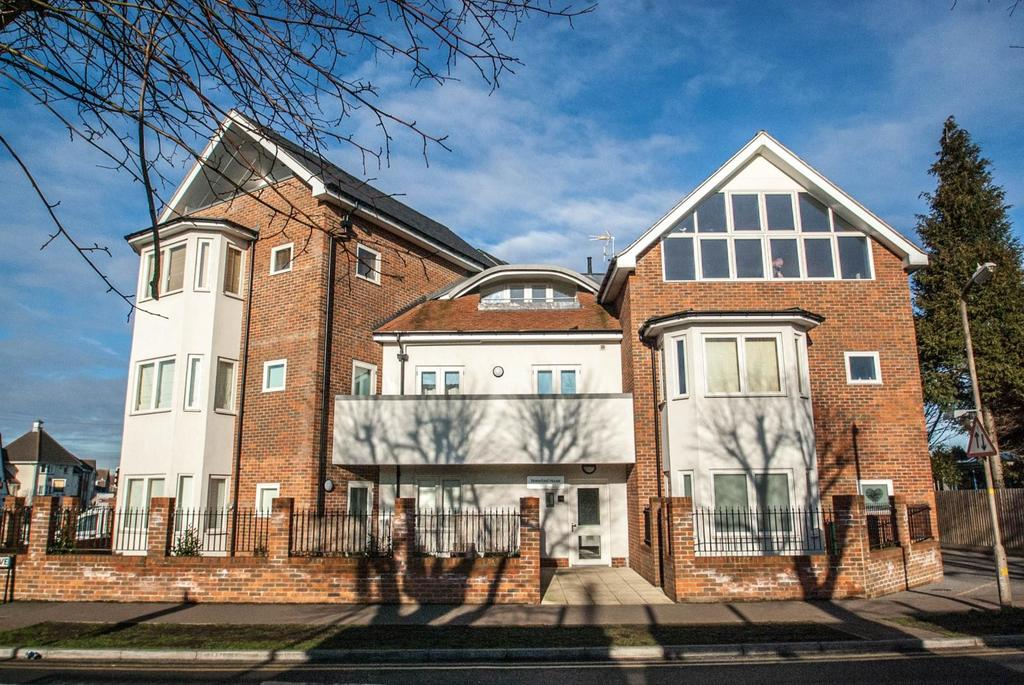 2 Bedrooms Ground Flat for sale in Waterford House, Highland Avenue, Brentwood, Essex, CM15