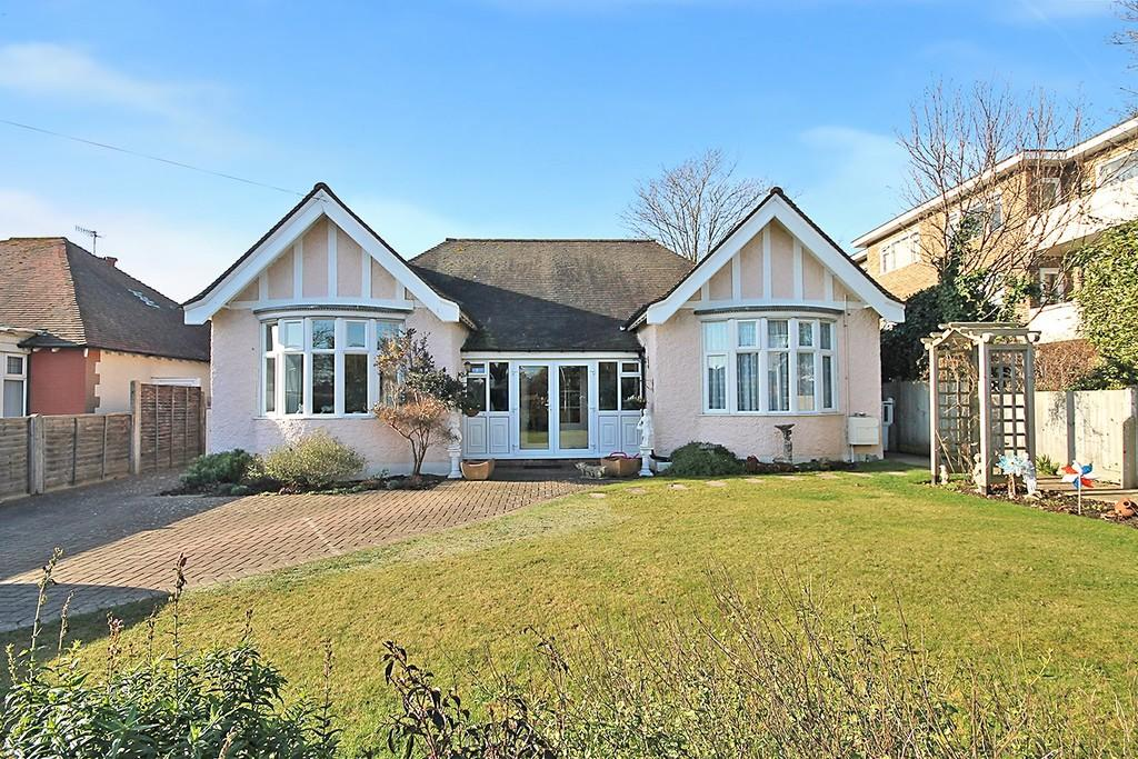 3 Bedrooms Detached Bungalow for sale in Wallace Avenue, West Worthing BN11 5QA