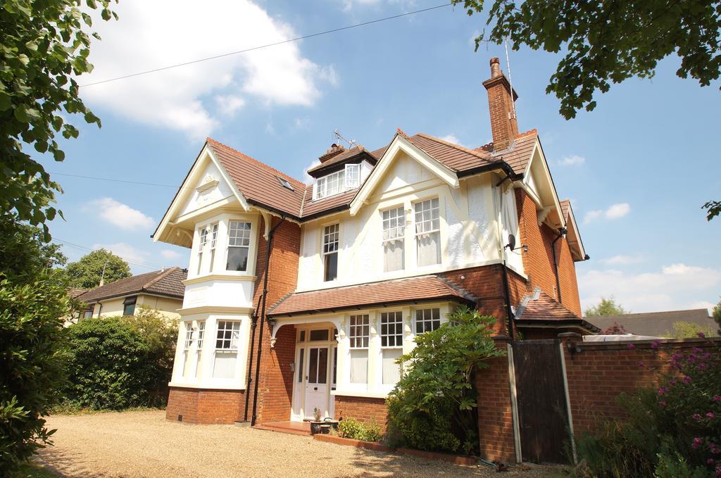3 Bedrooms Apartment Flat for sale in Benedicts, Devonshire Road, Weybridge KT13