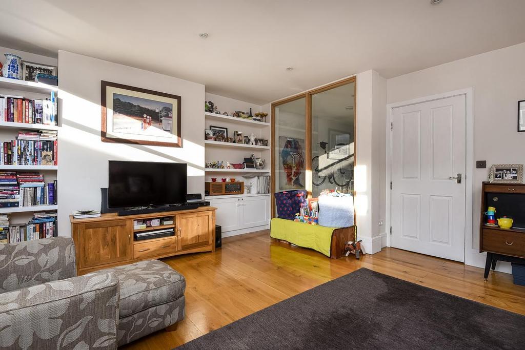 2 Bedrooms Flat for sale in Battersea High Street, Battersea, SW11