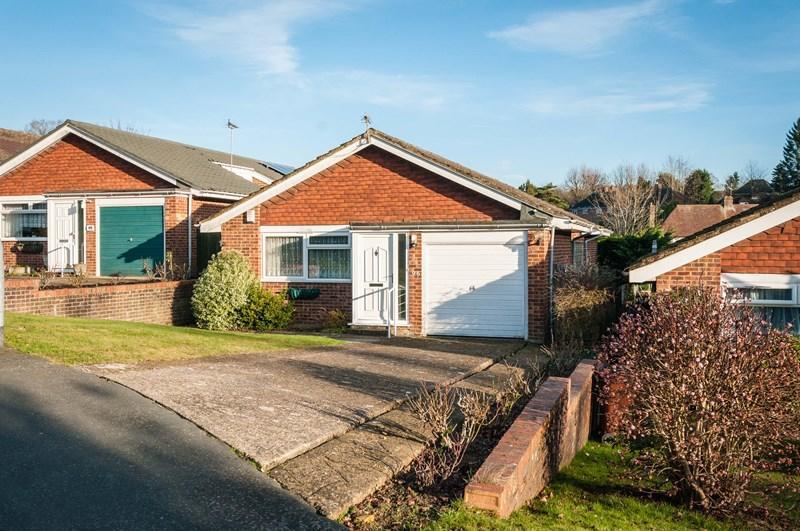 3 Bedrooms Detached Bungalow for sale in Hunters Way, Uckfield