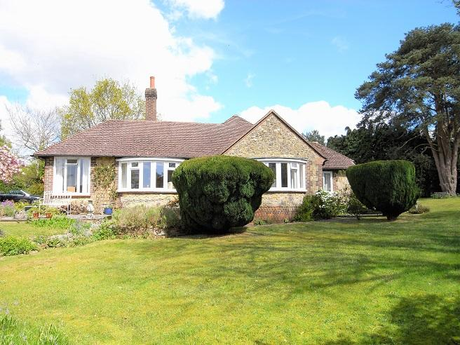 3 Bedrooms Detached Bungalow for sale in Woodpecker Lane, Storrington RH20