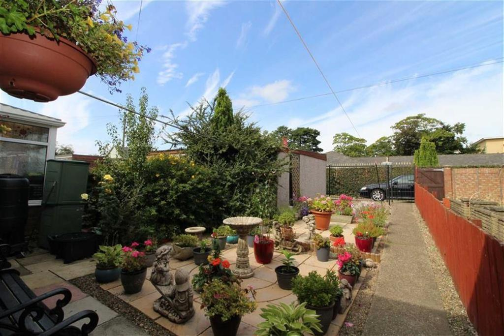 2 Bedrooms Semi Detached Bungalow for sale in Croft View, Hull