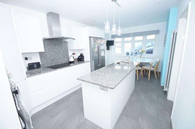 4 Bedrooms Detached House for sale in Underhill Road, South Benfleet