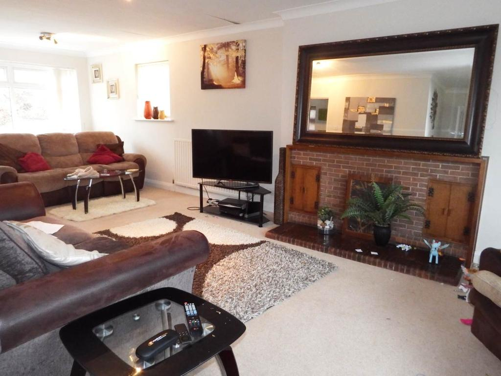 4 Bedrooms Bungalow for rent in Arundel Drive, Wollaton, Nottingham
