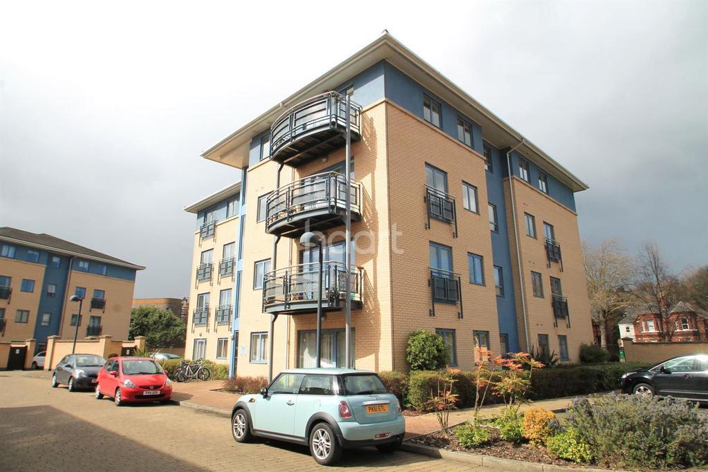 2 Bedrooms Flat for sale in Regatta House, Castle Quay Close