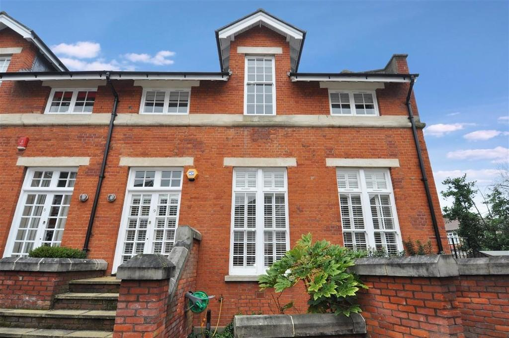 3 Bedrooms Semi Detached House for sale in Victory Road, Wanstead