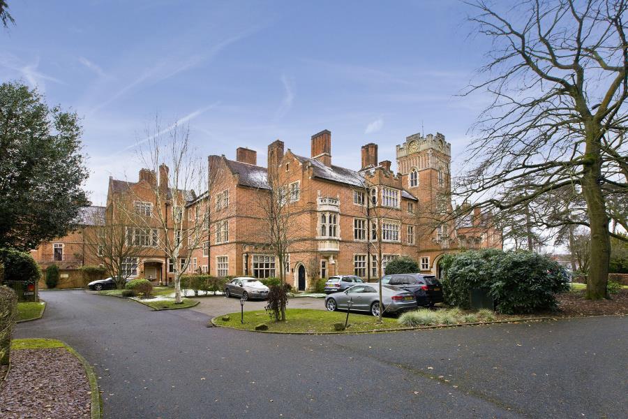 2 Bedrooms House for sale in Woking, Surrey