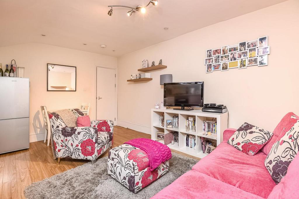 2 Bedrooms Flat for sale in Louisville Road, Heaver Estate, SW17