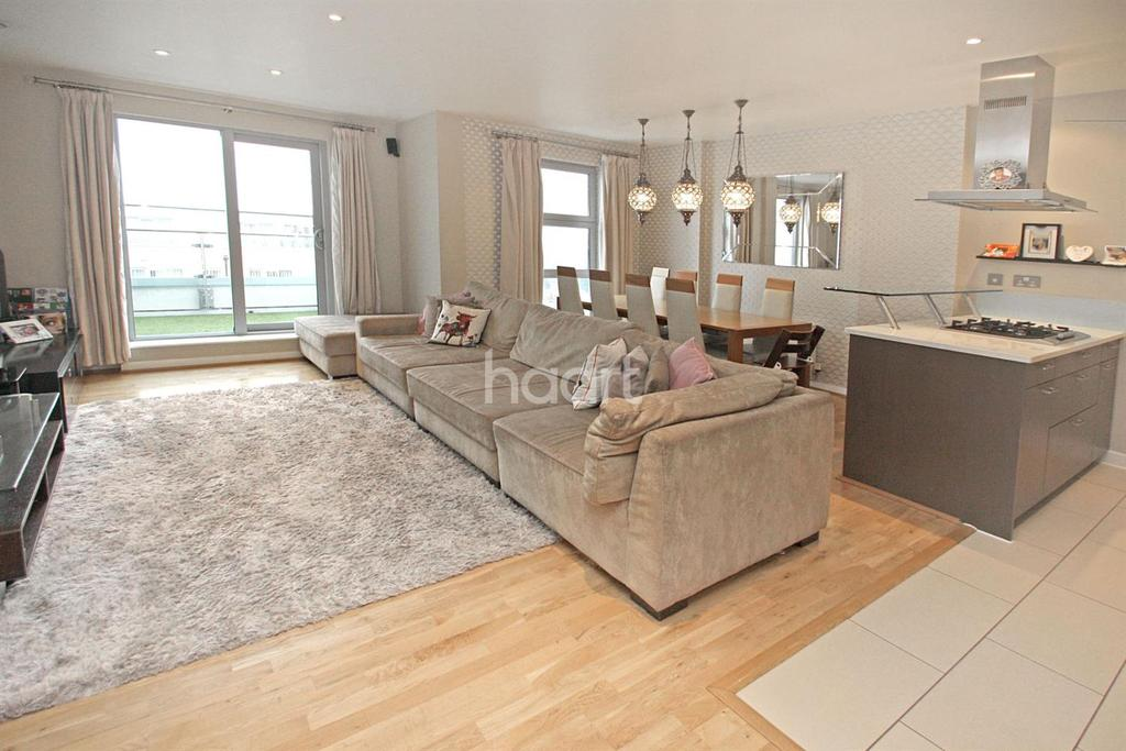 3 Bedrooms Flat for sale in Queen Mary Avenue, South Woodford, E18