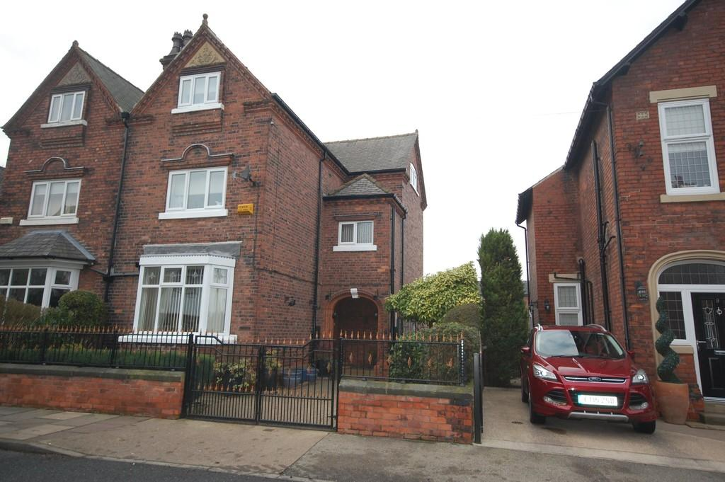 5 Bedrooms Semi Detached House for sale in Clifton Gardens, Goole