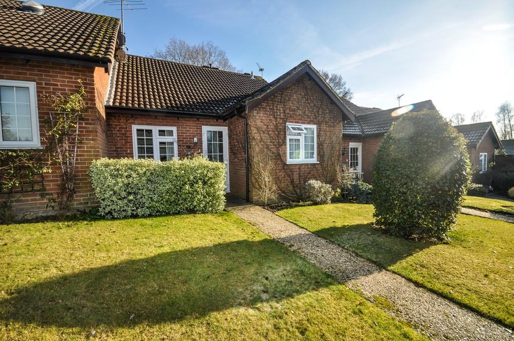 2 Bedrooms Terraced Bungalow for sale in Lark Rise, Liphook
