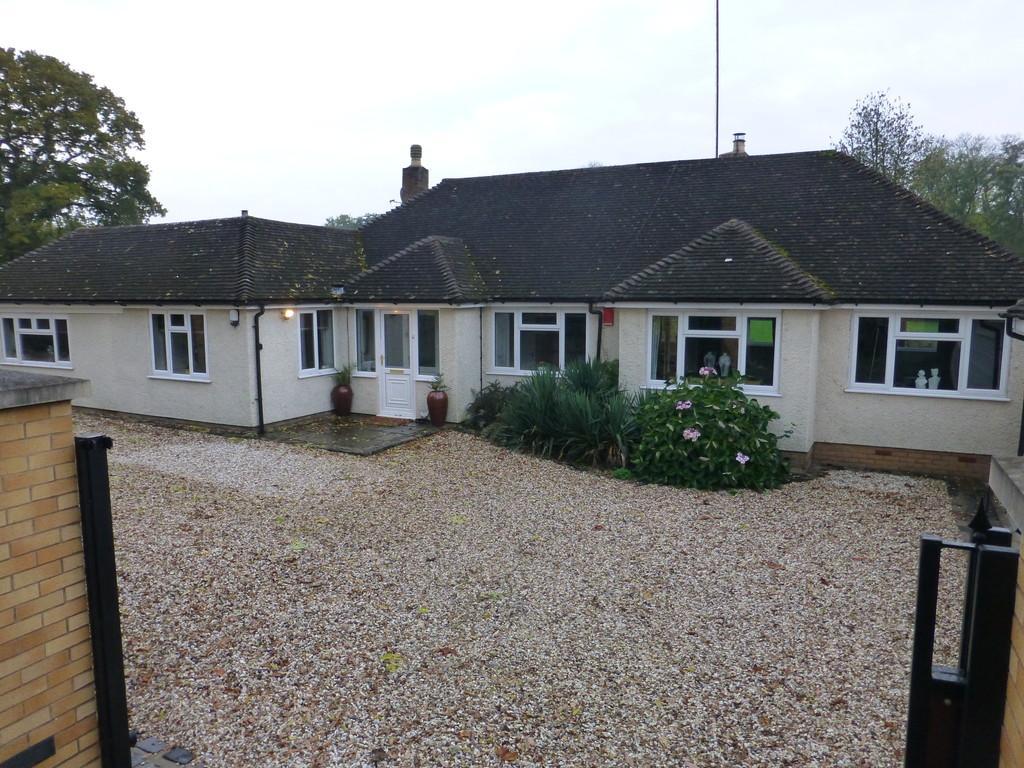 4 Bedrooms Detached Bungalow for sale in Henwood Lane, Catherine-de-barnes