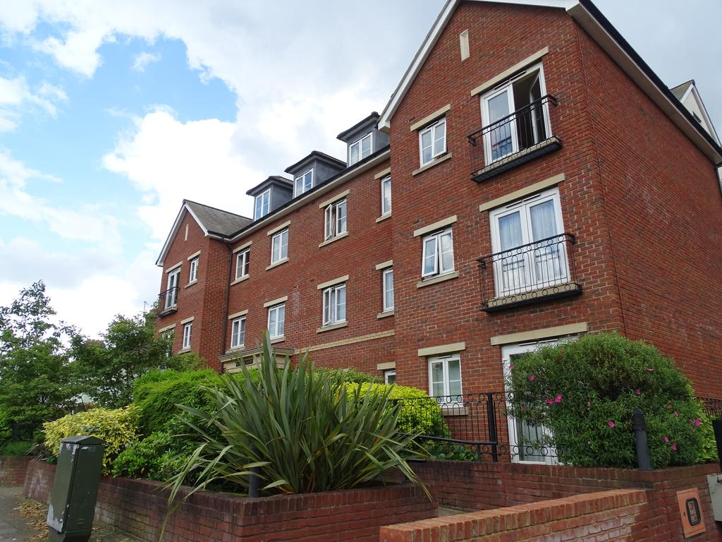 2 Bedrooms Flat for sale in Golden Court, Isleworth