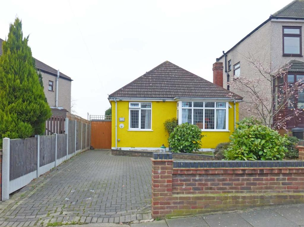 2 Bedrooms Detached Bungalow for sale in ROMFORD, RISE PARK RM1