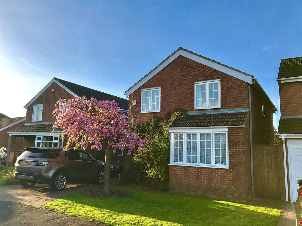 4 Bedrooms Detached House for sale in Woodpecker Close, Twyford, Reading