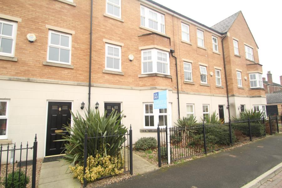 4 Bedrooms Town House for sale in TUKE GROVE, WAKEFIELD, WF1 4SL