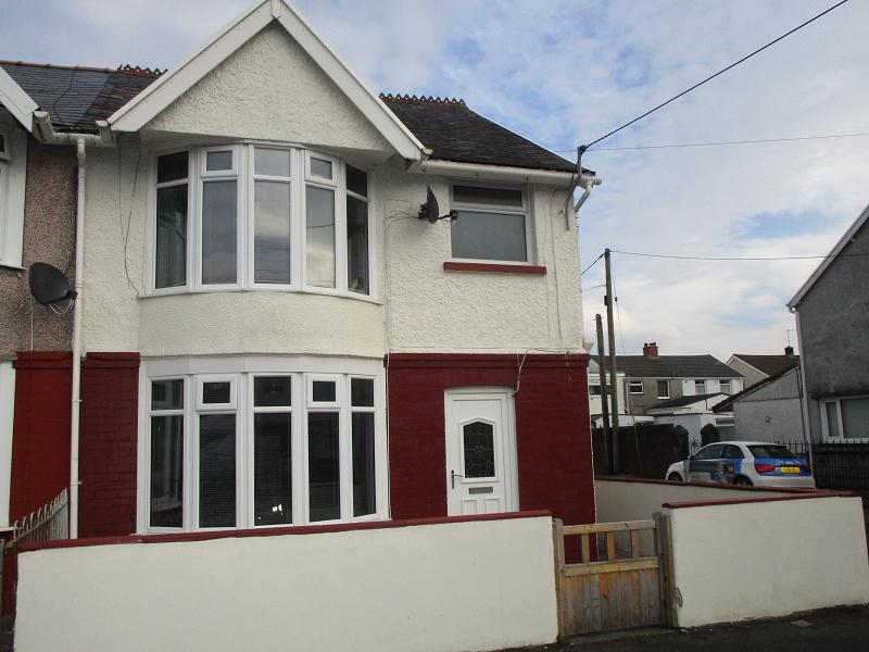 3 Bedrooms Semi Detached House for sale in Wind Road, Ystradgynlais, Swansea.