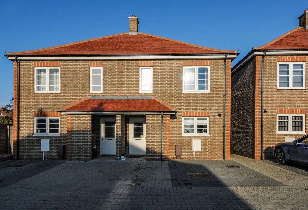 3 Bedrooms Semi Detached House for sale in Pecketts Gate, Chichester