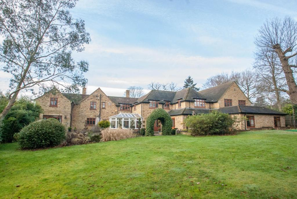5 Bedrooms Detached House for sale in Thorndon Approach, Herongate, Brentwood, Essex, CM13