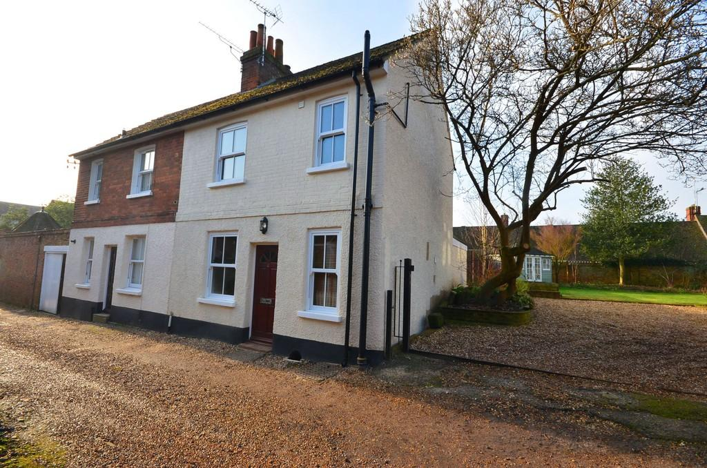 2 Bedrooms Semi Detached House for sale in Fox Yard, Farnham