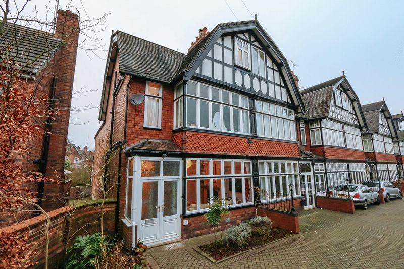5 Bedrooms House for sale in Moorfields, Leek