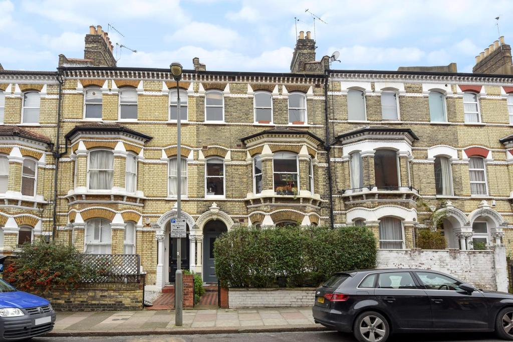 2 Bedrooms Flat for sale in Ilminster Gardens, Battersea, SW11