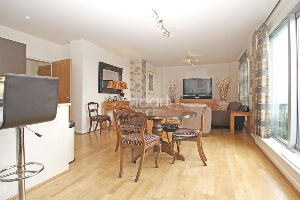 3 Bedrooms Flat for sale in Queen Mary , E18