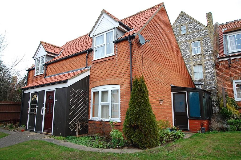 2 Bedrooms Semi Detached House for sale in Ashdown Court, Cromer