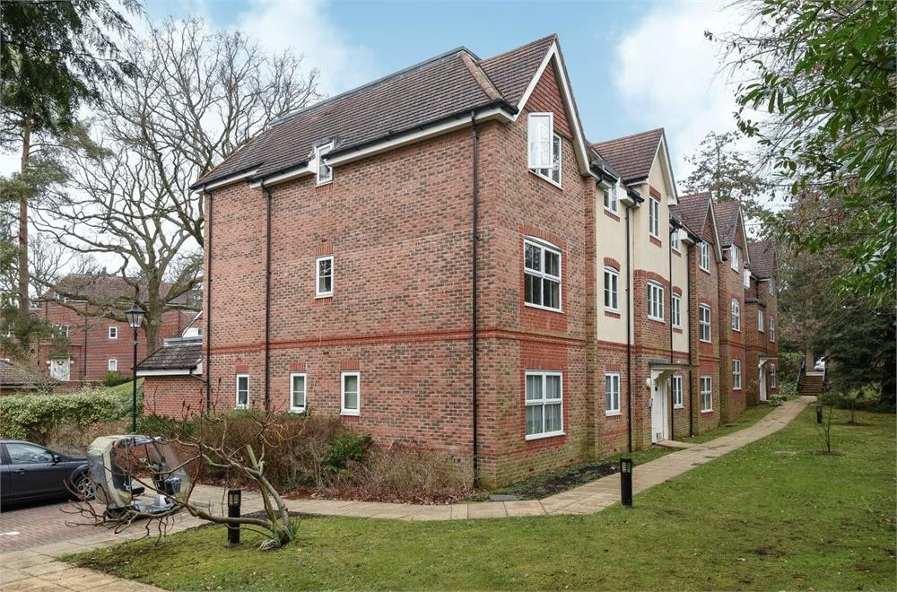 2 Bedrooms Flat for sale in St Catherines Wood, Camberley, Surrey