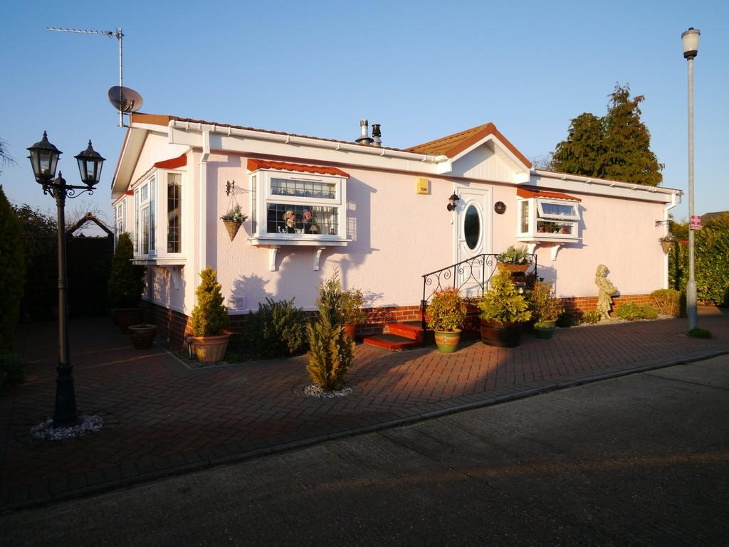 2 Bedrooms Mobile Home for sale in The Beeches, Victoria Road, Oulton Broad, Lowestoft