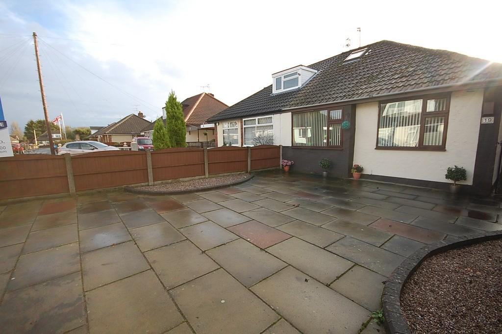 2 Bedrooms Semi Detached Bungalow for sale in Heathview Close, Widnes