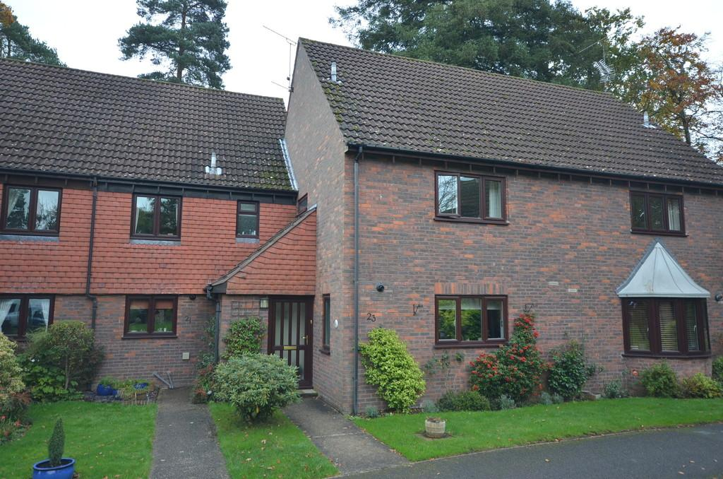 3 Bedrooms Terraced House for sale in Clare Mead, Rowledge